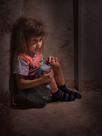 vagabundos: ni�o solo en un rinc�n oscuro Foto de archivo