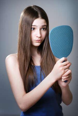 pubertad: La muchacha adolescente infeliz con su apariencia Foto de archivo