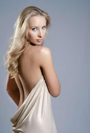 corps femme nue: fille dans la draperie, l'arri�re