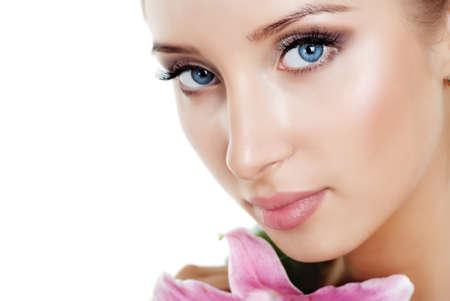 Il volto di una bella ragazza con un fiore di giglio fresco Archivio Fotografico