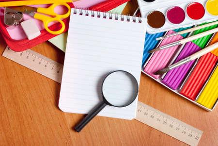 creative tools: Blocchi per appunti, e una lente d'ingrandimento, si trovano vicino gli strumenti creativi Archivio Fotografico