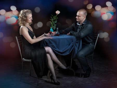 diner aux chandelles: Couple dans un caf� pour d�ner romantique