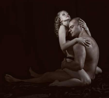 mujeres eroticas: Tiro de una pareja amante apasionada.