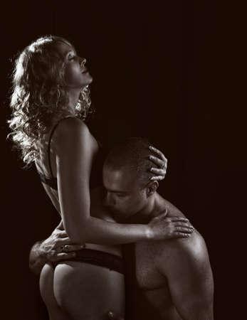 erotico: Tiro de una pareja amante apasionada.