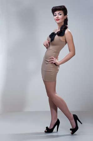 pin up vintage: giovane donna bella caucasica, stile retr�