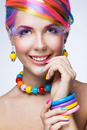明るい化粧品で美しい女性