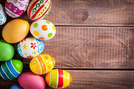 Oeufs de Pâques sur fond de bois Banque d'images - 25970497