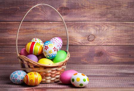 pascuas navide�as: Huevos de Pascua en la cesta de tablas de madera