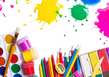 papírnictví: Nástroje pro tvůrčí práci na bílém pozadí Reklamní fotografie