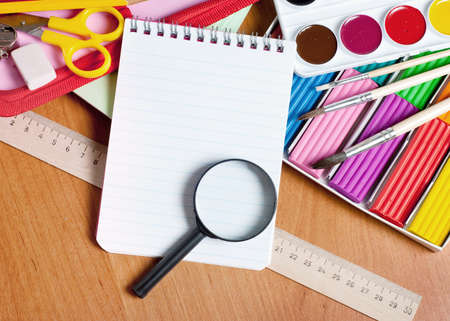 creative tools: Notepads, and a magnifying glass, lie near the creative tools Archivio Fotografico