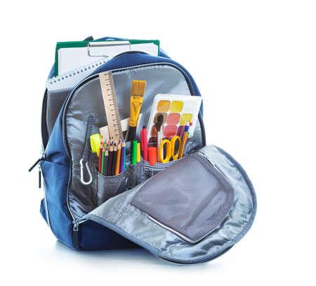 backpack: Bolso de escuela en el fondo blanco