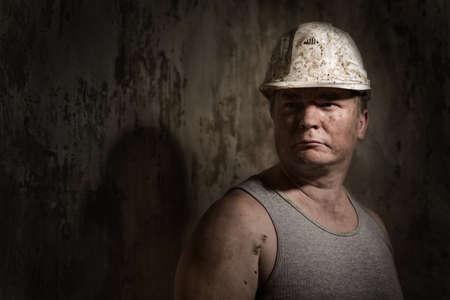Un uomo in un minatore casco Archivio Fotografico