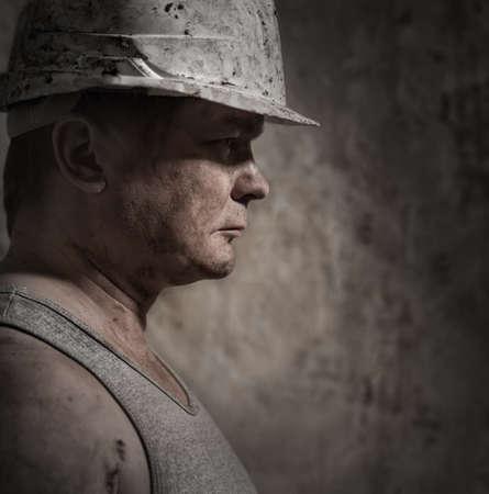 carbone: Un uomo in un minatore casco