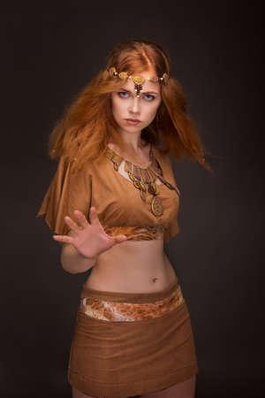 Mooie jonge vrouw verkleed als Amazons Stockfoto