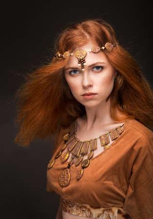 아마존처럼 옷을 입고 아름 다운 젊은 여자 스톡 콘텐츠 - 63779322