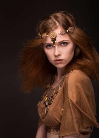 美しい若い女性に扮したアマゾン