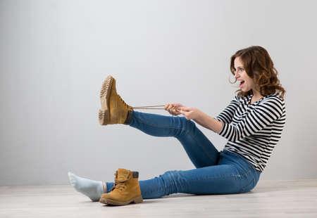 La jeune femme porte des bottes jaunes