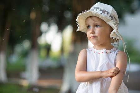 Una ragazza si trova sulla strada e disegna la mano da una zanzara di zanzara Archivio Fotografico - 85443769