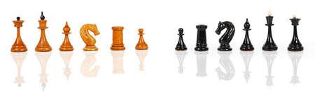 black horse: Figuras en blanco y negro de ajedrez aislados sobre un fondo blanco