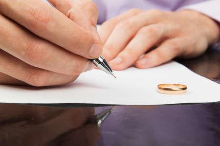divorcio: Primer plano de los papeles del divorcio firma mano masculina Foto de archivo