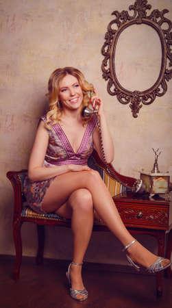 sexy young girl: Портрет красивой чувственной молодой леди с телефона на стильной студии