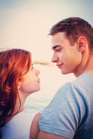 ba5c5670c  60745352 - Feliz pareja encantadora mirando el uno al otro cerca del río
