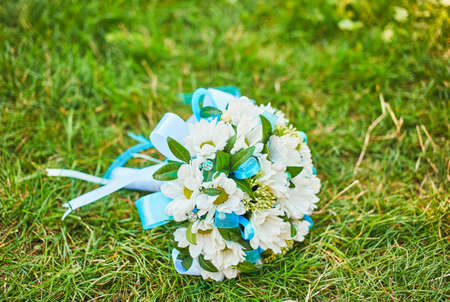 Wedding bouquet of daisies on the green grass in summer Reklamní fotografie