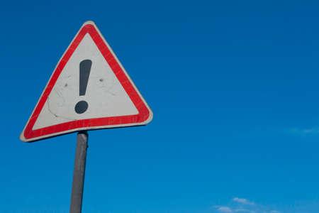 point exclamation: Panneau d'avertissement avec le point d'exclamation avec un fond de ciel bleu