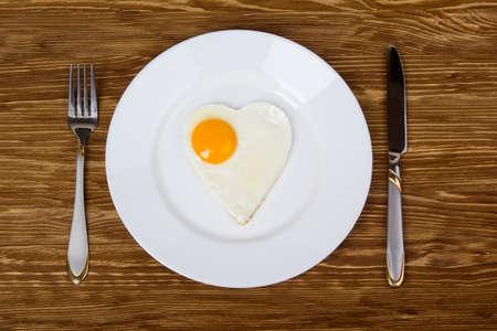 desayuno romantico: rom�ntico desayuno con huevos revueltos en un d�a de San Valent�n en forma de coraz�n Foto de archivo