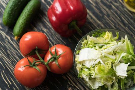 Healthy veggie salad ingridients. Tomato lettuce, paprika and cucumber. Standard-Bild