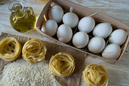The preparations for making homemade Italian pasta. Imagens