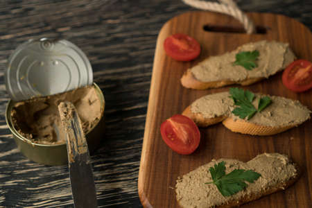 Liver pate on the bread on wooden tray. Imagens - 80827090