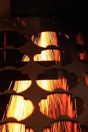 corte laser: Industrial proceso de la m�quina de corte por l�ser de una hoja de acero. Foto de archivo