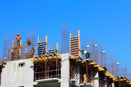 cantieri edili: Cantiere con strutture in calcestruzzo gettato in luogo rinforzati.