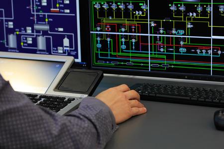 GERENTE: Lugar de trabajo en la sala de control del sistema. Enfoque selectivo.