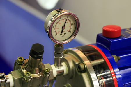 a power: Analogue positive pressure gauge with bottom entry in use.