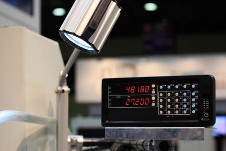 Digitale Zähler für Fräsmaschine und Drehmaschine. Standard-Bild - 49159650