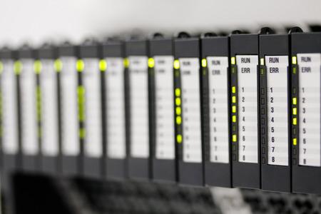 controladores lógicos programables instalados en un panel de control. enfoque selectivo.