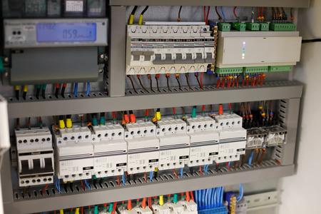 Centrala KNX systemu automatyki domowej w obudowie. Selektywna ostrość.