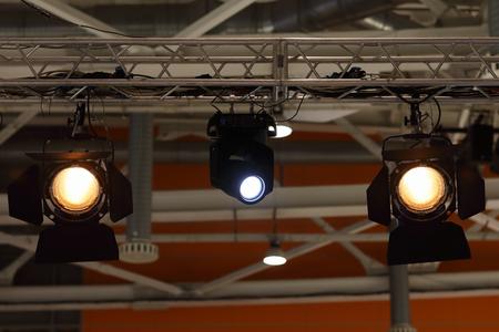 Various stage lights hanging on a truss. Standard-Bild - 118983728