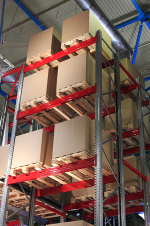 Cardboard boxes on pallets and racks in the warehouse. Standard-Bild - 118983940