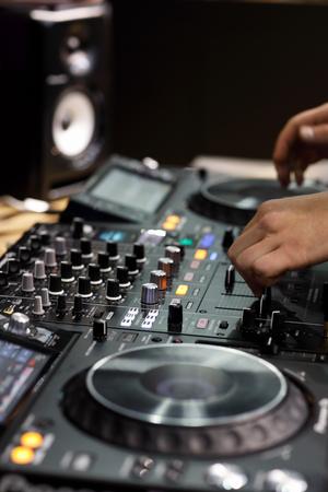 Professional 4 channel DJ controller with hands of DJ. Selective focus. Standard-Bild - 118984511