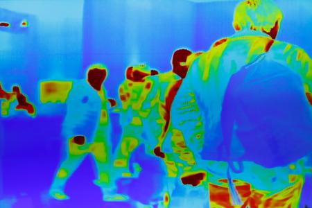 Image thermique infrarouge d'un groupe de passagers au contrôle de sécurité.