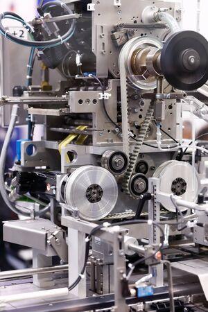 Vista detallada de una máquina de envasado de productos farmacéuticos. Enfoque selectivo. Foto de archivo