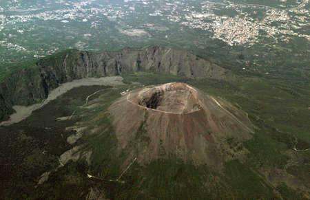 Vista desde el avión sobre un volcán Vesubio y la ciudad de Nápoles Foto de archivo - 1850911