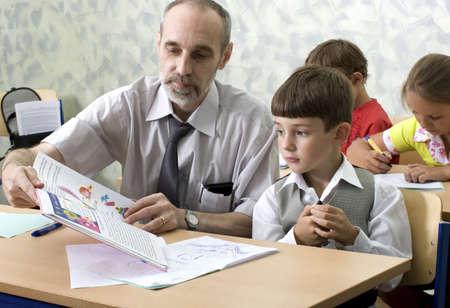 El maestro y el alumno estudiar el alfabeto  Foto de archivo - 2336719