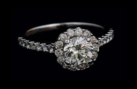 diamante negro: Anillo de diamantes sobre fondo negro.