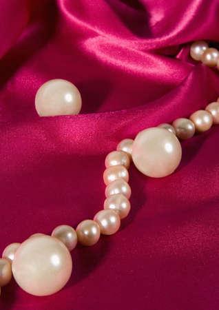 perle rose: Rose collier de perles sur soie violet