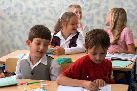 bambini seduti: Bambini in et� scolare seduta a classe.