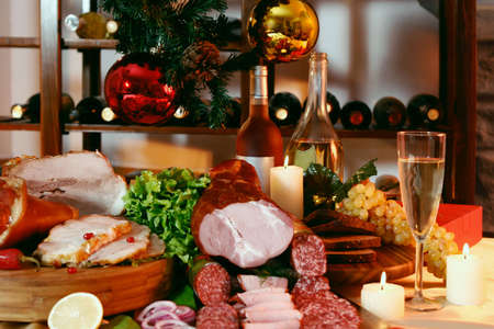 salame: Natale e tavolo da parte di Capodanno su sfondo vino rack Archivio Fotografico